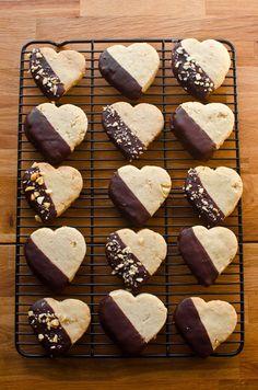 Dark chocolate dipped macadamia nut shortbread cookies Dark c… – Cook It Valentine's Day Food Macadamia Nut Cookies, Chocolate Macadamia Nuts, Chocolate Dipped Cookies, Chocolate Shortbread Cookies, Baking Recipes, Cookie Recipes, Dessert Recipes, Valentines Food, Valentine Desserts