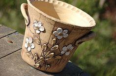 """vysoký květináč bílé kvítky""""-na obj!!! obal je keramický ze šamotu. má dvě ucha v15 cm průměr u dna8 cm, u horního okraje16 cm je vhodný do bytu i na ven. je šamotový a pálen na vysoký stupeň"""