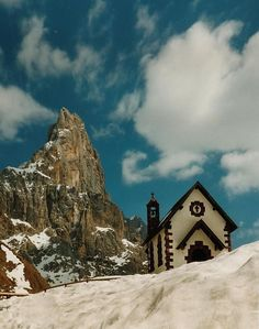 La chiesetta del Passo Rolle con il Cimon della Pala Belluno Dolomiti Veneto Italia