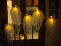 Fantasmitas reciclados hechos con envases de postrecitos Ser, tafeta y leds. Con sopapa para adornar las ventanas.  www.lacaloatamosconalambre.com