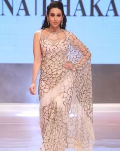 How can I do to buy this and have it in Cameroon sir? Saree Blouse Patterns, Saree Blouse Designs, Indian Designer Outfits, Designer Dresses, Designer Clothing, Indian Dresses, Indian Outfits, Designer Sarees Wedding, Sari Design