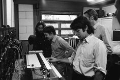 The Beatles with George's new Moog Synthesizer during the recording of Abbey Road. Abbey Road, Paul Mccartney, Foto Beatles, The Beatles, Beatles Bible, Beatles Photos, Ringo Starr, George Harrison, John Lennon