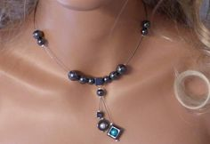 Collier sur fil câblé, perles véritable hématite , perles nacrées , avec chainette de réglage. Visible sur : http://www.virginie-crea.com/pages/album-photos/bijoux-disponibles-a-la-vente/