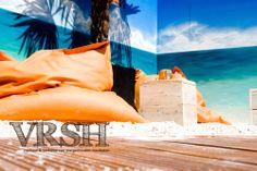 Een oase van rust waar mensen heerlijk van de zon kunnen genieten onder het genot van een lekker drankje. Het dakterras heeft het uiterlijk van een strandtent en geeft het ultieme vakantie gevoel. De indeling van het terras bestaat uit loungebanken, een sfeervolle bar, statafels en een waar strandgedeelte met zitzakken.
