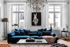 〚 Blue velvet sofa and bold bedrooms: modern apartment in Stockholm 〛 ◾ Photos ◾Ideas◾ Design Blue Velvet Sofa Living Room, Living Room Sofa, Rugs In Living Room, Living Room Interior, Living Room Designs, Living Room Decor Ideas Apartment, Living Room Decor Styles, Blue Living Room Decor, Interior Livingroom