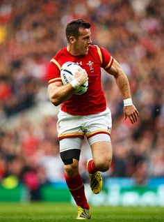 Gareth Davies of Wales run in to score Wales first try during the 2015 Rugby World Cup Quarter Final match between South Africa and Wales Welsh Rugby Players, Hot Rugby Players, Women's Cycling Jersey, Cycling Jerseys, Cycling Quotes, Cycling Art, Rugby Pictures, Gareth Davies, Wales Rugby