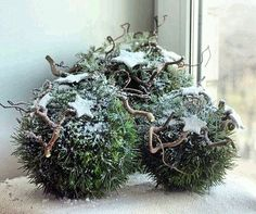 Enchanting winter window decoration for DIY – Christmas Ideas Christmas Greenery, Noel Christmas, Green Christmas, Outdoor Christmas, Rustic Christmas, Winter Christmas, Christmas Wreaths, Christmas Crafts, Christmas Ornaments