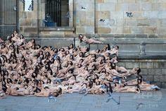 平和のために「一肌脱ぐ」、コロンビアで集団ヌード撮影
