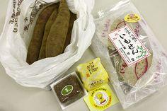 芋供養、川越、埼玉県   配布されたさつまいもと芋菓子  sweet potatoes and sweets distributed in the sweet potato funeral (memorial service), kawagoe, saitama, japan,  october 13 every year