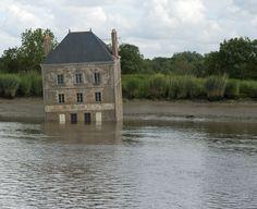 """La Maison dans la Loire - Œuvre d'art contemporain - Quai Emile Paraf, 44220 Couëron, France - """"C'est ça que j'appelle le réalisme imaginaire. 'Réalisme' parce qu'il s'agit d'une réalité concrète, tangible, palpable, absolue. Et 'imaginaire' parce que le but, c'est d'introduire le rêve dans la vie des gens."""" (J.-L. Courcoult)"""