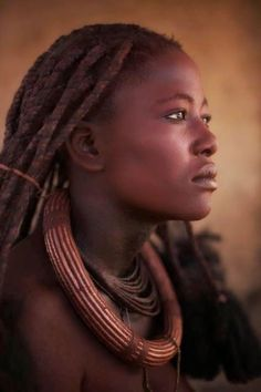 Himba Woman - the Himba people are semi-nomads living in Northern Namibia, in the Kunene region (formerly Kaokoland) and on the other side of the Kunene River in Angola. This woman looks very confident to me, if a bit sad or wistful. We Are The World, People Around The World, Beautiful Black Women, Beautiful People, Beautiful African Women, Himba People, African Tribes, Foto Art, African Culture