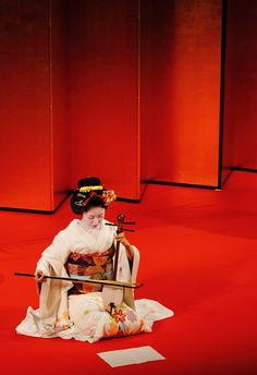 Maiko playing Kokyu (Traditional Japanese string instrument) on the stage. In her book, Women Of The Pleasure Quarters, Lesley Downer says that the Kokyu was the traditional instrument of the Shimabara Tayu. Go To Japan, Visit Japan, Japan Art, Yukata, Samurai, All About Japan, Flora, Memoirs Of A Geisha, Turning Japanese