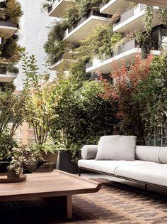 L'appartamento al Bosco Verticale che guarda la Milano vecchia e nuovaelledecoritalia Outdoor Sofa, Outdoor Spaces, Outdoor Living, Outdoor Furniture, Outdoor Decor, Garden Furniture, Wall Design, House Design, Green Facade