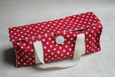 Porte-cake à rabats et son tuto! Coin Couture, Couture Sewing, Sewing Hacks, Sewing Projects, Diy Sac, Creation Couture, Blog Couture, Pouch, Wallet
