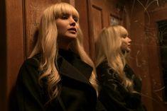 """#OperaçãoRedSparrow   Novo Trailer   """"Dominika Egorova (#JenniferLawrence) é selecionada contra sua vontade para se tornar uma """"pardal""""- uma mulher sedutora treinada no serviço de segurança russo"""". #RedSparrow estreia em 2 de março nos cinemas. Confira o trailer em nosso site."""