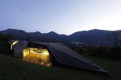 Die Kupferfassade lässt die Alps Villa mit ihrer Umgebung verschmelzen. Links...