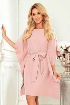 Rochie tip fluture de ocazie roz cu cordon in talie Day Dresses, Occasion Dresses, Dresses With Sleeves, Kaftan Pattern, Moda Xl, Casual Chic Outfits, Plain Dress, Butterfly Dress, Feminine Dress
