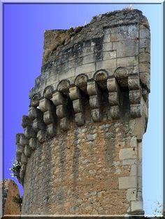 Le château de Barrière à Villamblard en Dordogne est une magnifique construction ayant évolué durant 5 siècles. Elle a échappé à la guerre de Cents Ans, aux guerres de religion aux massacre des révolutionnaire. Alors, pourquoi est-il en ruine ?.. Cela est du à la foudre du ciel. Quelle destiné !