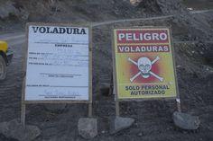 Hay señales que no se deben ignorar en los caminos. Aquí un par de ejemplos tomados hoy en la ruta Canta-Huayllay.