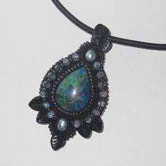 """Collier perles brodées """"terre noire"""" azurite malachite, noire, bleu et vert, perles de culture"""