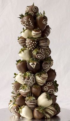 Chocolate covered strawberry tree instead of traditional wedding cake?- I think along with the wedding cake is a good answer. or plain strawberries with a chocolate fountain. Kreative Desserts, Strawberry Tree, Strawberry Delight, Strawberry Shortcake, Delicious Desserts, Dessert Recipes, Candy Recipes, Love Chocolate, Chocolate Dipped