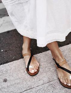 Oui aux sandales épurées dotées d'un petit twist élégant ! (photo Audrey Lombard)