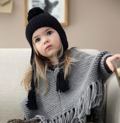 Modèles tricot  gt  Modèles Enfant  gt  Modèle poncho à franges fille 8f2672af386