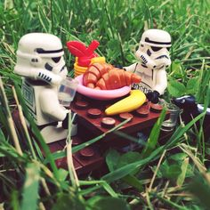 Happy International Picnic Day! #internationalpicnicday #picnic #outdoors… Star Wars Set, Lego Star Wars, Lego Stormtrooper, Starwars Lego, Legos, Aniversario Star Wars, Star Wars Figurines, Lego Pictures, Lego Minifigs
