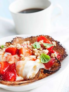 Myesli Pan Cakes with yoghurt, honey and strawberries - Mysliletut hunajaisen jogurtin ja mehustettujen mansikoiden kera, resepti – Ruoka.fi