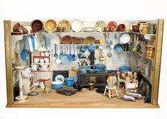 Puppenküche, um 1900, B: 88 cm, H: 49 cm, möbliert, fest eingebaute Regale, Herd, reichh. Zubehör, alte Tapete