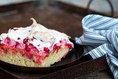 Vor allem im Sommer schmeckt dieser köstliche Blechkuchen mit frischen Ribiseln aus dem Garten am besten. Snacks Für Party, Vanilla Cake, Veggies, Pie, Sweets, Desserts, Food, Cake Ideas, Dessert Ideas