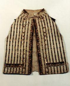 Weste, undatiert - um 1800, Eine Weste aus weißem Seidenstoff mit bunten senkrechten Plüschstreifen und mit zwei Reihen mit je zwölf Metallknöpfen.