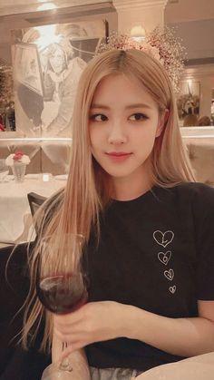 Kpop Girl Groups, Kpop Girls, Bts Instagram, Black Pink Kpop, Black Pink Rose, Rose Bonbon, Mode Rose, Rose Park, Blackpink Photos