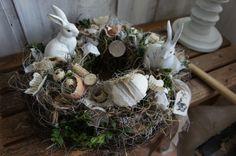 Ein zauberhaft schöner Tischkranz, der gerne österliche Vorfreude versprüht.... Auf einem mit Heu und Reben umbundenen Strohkranz tummeln sich Hasen, Eier und allerlei Lieblichkeiten.... In der...