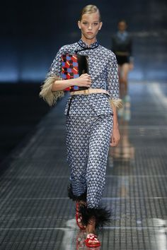 The complete Prada Spring 2017 Ready-to-Wear fashion show now on Vogue Runway. Catwalk Fashion, Fashion Week, Fashion 2017, Paris Fashion, Spring Fashion, Fashion Show, Fashion Looks, Fashion Design, Prada Spring