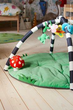 Magin med ett babygym är svår att matcha – en plats där nyfikenhet och viljan att utforska omvärlden räcker långt för att bygga styrka. Lek och mys på det sköna underlaget är inte heller så dumt. KLAPPA Babygym. Baby Your Baby, Baby Gym, Sleeping A Lot, Infant Activities, Child Safety, One Bedroom, Quality Time, Cool Toys, Your Child