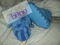 Escarpín tejido con forma de pantufla con suela color celeste y azul (Knit baby booties slipper shaped with foamy sole, color light blue and blue)
