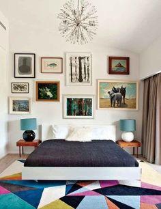 """Tapetes dão uma """"recheada"""" no quarto, especialmente se você não tem muitos móveis."""