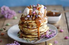 Smarties pancakes with caramel Waffles, Pancakes, Granola, French Toast, Oatmeal, Brunch, Food And Drink, Sweets, Breakfast