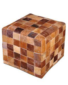 Gedigen och hållbar Sittkub med lapptäcke av läder  45x45x45 cm  Den kub vi har i sortimentet är den som är mest brun och som är längst till höger på huvudbilden.