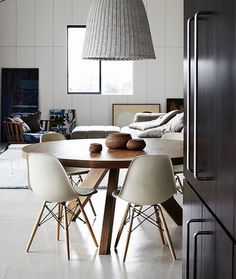 Thanks for visiting our Scandinavian dining rooms photo gallery where you can search lots of dining room design ideas. This is our main Scandinavian dining room design gallery where you can browse … Sweet Home, Esstisch Design, Home Goods Decor, Home Decor, Apartment Renovation, Apartment Design, Piece A Vivre, Dining Room Design, Dining Rooms