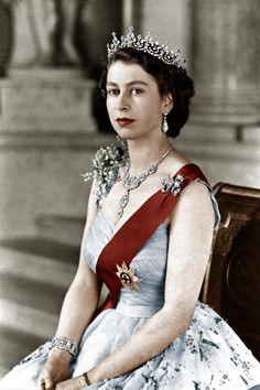 Unglaublich, wie die Royals immer strahlen! Herzogin Kate sieht selbst direkt nach der Entbindung großartig aus. Wie machen die das nur? Wir verraten die besten und skurrilsten Tricks. Hier: Elizabeth II.