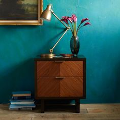A geometric chevron pattern brings high style to the rich walnut-veneered facade of our Chevron Grain Nightstand. Set within a chocolate-stained frame, its antique brass-finished hardware provides an extra dose of sophistication.