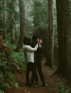 Love these foggy forest photos, perfect for an engagement shoot! Forest Engagement Photos, Engagement Pictures, Engagement Shoots, Foggy Forest, Couple Photography, Engagement Photography, Wedding Photography, Friend Photography, Maternity Photography