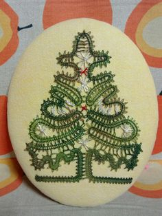 bobbin lace Natal / Christmas - Several patterns Lace Christmas Tree, Christmas Tree Pattern, Types Of Lace, Bobbin Lace Patterns, Lace Braid, Lacemaking, Quilling Techniques, Lace Heart, Lace Jewelry