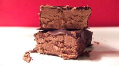 Dark Chocolate Peanut Butter Protein Bars--very flexible, no oats. Leaving out the chocolate coating or just drizzling, means a lot fewer fat calories. Peanut Butter Protein Bars, Low Carb Protein Bars, Protein Bar Recipes, Protein Cake, Protein Powder Recipes, Protein Snacks, Chocolate Peanut Butter, Chocolate Coating, High Protein