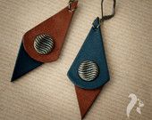 Artículos similares a Vintage Buttons leather and suede earrings en Etsy