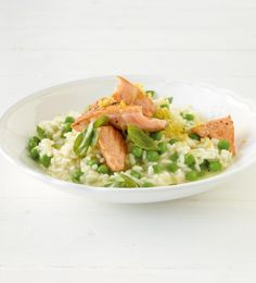 Pea risotto with salmon recipe Wing Recipes, Salmon Recipes, New Recipes, Vegetarian Recipes, Dinner Recipes, Favorite Recipes, Flax Seed Crackers, Flax Seed Benefits, Salmon Pasta