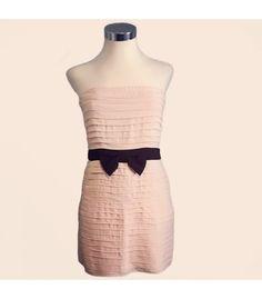 Vestido Sandro palabra de honor rosa palo con cremallera por la parte detrás y detalle como cinturón lazo web color negro.