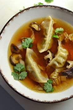 Simple like a broth of Chinese cabbage with gyozas (or shrimp) - cuisine - Asian Recipes Easy Chinese Recipes, Indian Food Recipes, Asian Recipes, Healthy Recipes, Ethnic Recipes, Chinese Cabbage, Chinese Food, Soup Recipes, Dinner Recipes
